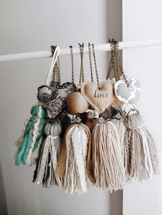 Pin by Sherilyn Griego on Borlas & Pompones Easy Craft Projects, Crafts To Make, Kids Crafts, Sewing Projects, Arts And Crafts, Diy Tassel, Tassels, Fabric Crafts, Paper Crafts