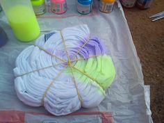 O tie dye é assemelhado por muitas pessoas com o movimento hippie, que traz muitas cores. E o melhor de tudo, é que podemos fazê-lo em casa, com camisetas, v