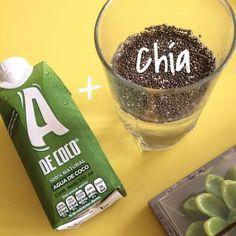 ✔ Toma agua de coco con chía Envíos en Cali 3015768165/ 317 6412155 Hidratación natural, Es una bebida buena fuente de fibra, Aumenta la sensación de saciedad, Contiene proteína, Contiene Omega 3. Deja en remojo 1 cucharada de chía Sirve en un vaso 320ml de agua de coco. Mezcla ambos ingredientes puedes adicionar el zumo de 1/2 limón o endulzar con miel