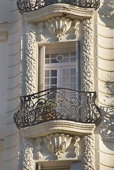 Paris balcony - so elegant. Beautiful Architecture, Beautiful Buildings, Architecture Details, French Balcony, Belle Villa, Paris Apartments, Architectural Elements, Windows And Doors, Exterior Design
