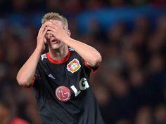 Lars Bender schlägt die Hände vors Gesicht. Die Leverkusener können den Klassenunterschied zu Manchester United nicht überbrücken und verlieren 2:4. (Foto: Federico Gambarini/dpa)