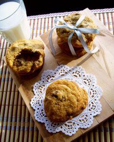 Aceste fursecuri sunt foarte faimoase în America, fiind printre deserturile lor favorite. Mie mi-au atras atenția în preajma Crăciunului când am văzut în filme, lapte și o farfurioară cu chocolate chip cookies pusă special lângă braduț pentru Moș Crăciun. Dacă îî sunt oferite Moșului, am zis că sigur trebuie să fie tare bune și … Chocolate Chip Cookies, Muffin, Chips, Breakfast, Recipes, Food, Morning Coffee, Potato Chip, Recipies