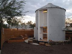 Seriez-vous prêt(e) à vivre dans un petit silo à céréales datant de 1950 ? Vous devriez être déjà plus emballé(e) après avoir découvert cette transformation de l'architecte Christoph Kaiser.  En effet, il a su rénover ce silo en une maison confortable pour deux. Situé dans le quartier historique de Garfield à Phoenix, dans l'Arizona, le bâtiment de deux étages de 32 m2 a été acheté en ligne auprès d'un agriculteur vivant dans le Kansas et le silo a été transporté dans un camion pick-up...