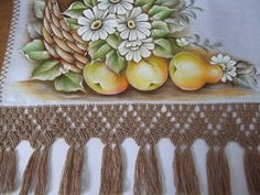 Pano de copa elaborado com tecido de sacaria Estilotex, pintado à mão, com acabamento em abrolho ( a arte de dar pequenos nós).