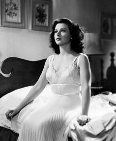 "Hedy Lamarr fou Vicky Whitley a ""The Heavenly Body"" ('Mundo celestial', a Espanya), comèdia romàntica americana de 1944 dirigida per Alexander Hall i protagonitzada per William Powell i Hedy Lamarr. Hollywood Stars, Hollywood Icons, Old Hollywood Glamour, Golden Age Of Hollywood, Vintage Hollywood, Hollywood Actresses, Classic Hollywood, Classic Actresses, Beautiful Actresses"