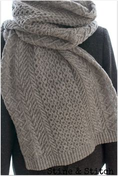 Knitting Patterns Scarf Many braids, nice wide, great yarn = warm neck ♥ Knitted Poncho, Knitted Shawls, Knitting For Kids, Knitting Socks, Loom Knitting Patterns, Crochet Patterns, Hand Dyed Yarn, Knit Crochet, Couture