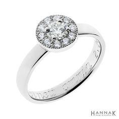 Korona-vihkisormus   Klassisen kaunis halo-sormus. Yksi kehällä olevista timanteista on otettu pariskunnalle muistorikkaasta korusta ja istutettu sormukseen. Tämä antaa sormukselle tärkeää lisäarvoa ja muistoja.   Materiaalit: 585-valkokulta, timantit   http://www.hannakorhonen.fi/korona-vihkisormus/   white gold 585, diamonds   #HannaK #rings #wedding #jewelry