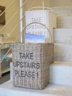 Origineller Treppenkorb mit Schriftzug aus Rattan graubraun €49,99