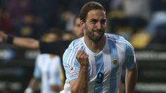 Higuaín mira a Messi en la Juve
