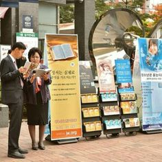 En Seoul, #Korea #predicación con varios carritos.  #cartwitnessing jw.org
