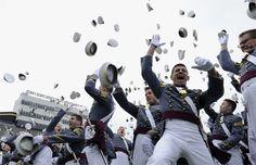 Ufficiali e gentiluomini  Il tradizionale lancio dei cappelli al termine della cerimonia di laurea alla US Military Academy di West Point, nello stato di New York reso celebre dal film con Richard Gere..