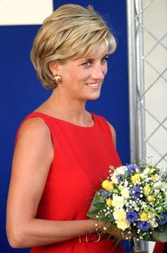 About the British Royals: Diana, The Princess Of Wales Visits The Northwick Par. - About the British Royals: Diana, The Princess Of Wales Visits The Northwick Par. Lady Diana, Princess Diana Photos, Princes Diana, Princess Diana Hairstyles, Short Hair With Layers, Short Hair Cuts, Diana Haircut, Diana Spencer, Peinados Pin Up
