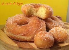 Zeppole con patate una ricetta strepitosa, morbide ciambella con patate nell'impasto profumate al limone, fritte e poi avvolte nello zucchero, una bontà.