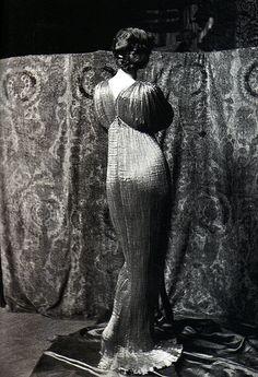 "Isadora Duncan ""Delphos"" photo by Mariano Fortuny ca. Isadora Duncan, Robert Mapplethorpe, Bert Stern, Annie Leibovitz, Harlem Renaissance, Richard Avedon, Andy Warhol, Ancient Greek Sculpture, Vintage Outfits"