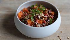 Faire chauffer 700 g d'eau dans une bouilloire et déposer dans un saladier. Ajouter le bouillon et laisser dissoudre. Éplucher l'oignon et l'ail et les ciseler finement. Dans une sauteuse, faites revenir l'ail et l'oignon dans 1 c. à soupe d'huile d'olive.…