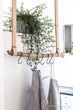 Voici de nouvelles idées d'objets de décoration à réaliser vous-même. Une échelle porte vêtements avec un manche à balai pour les barreaux et une ceinture de cuir pour les suspendre. Source U…