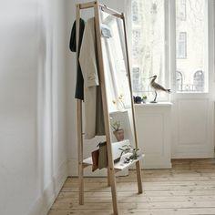 """Der Spiegel """"Push"""" von Skagerak besteht aus Eichenholz und kann dank der Aufbewahrungsmöglichkeit als Garderobe benutzt werden."""
