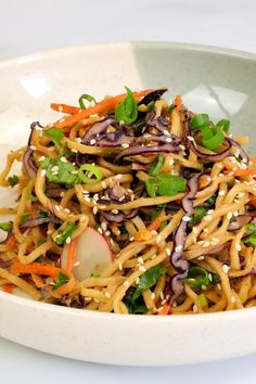 This Asian Noodle Salad with thinly sliced red cabbage, julienned carrots and radishes in spicy peanut dressing is ideal for picnics, barbecues or a delicious work lunch. Vegetarian Recipes, Cooking Recipes, Healthy Recipes, Vegetarian Salad, Asian Noodles, Soba Noodles, Asian Cooking, Peanut Dressing, Asian Recipes