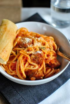 Spaghetti al Pomodoro; A light tomato pasta dish filled with fresh basil, garlic and Parmesan cheese. Easy and delicious! Seafood Pasta Recipes, Veggie Recipes, Cooking Recipes, Paella, Spaghetti Al Pomodoro, How To Cook Sausage, Pasta Dishes, Vinaigrette, Italian Recipes