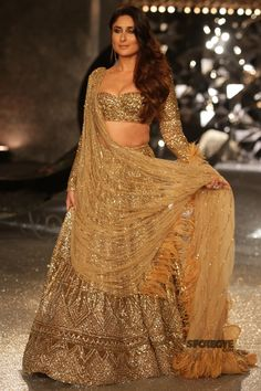 #Kareena#Kapoor surely knows how to keep your heart thumping and if you are sitting right next to the ramp as the diva walks with all the grace, then god save you. Last evening, Kareena took to the ramp for designers, #FalguniShanePeacock. She dazzled in a 30 kg all gold lehenga with feather detailing on the drape. Hair styled with soft curls and a nude make-up, #KareenaKapoorKhan raised mercury levels.