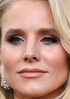 Close-up of Kristen Bell at the 2017 Golden Globe Awards.