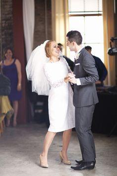 Vintage wedding dresses just the way we like them: short and sweet! Wedding Dress Cake, Wedding Dress With Veil, Wedding Veil, 1960s Wedding Dresses, Modest Wedding Gowns, Mod Wedding, Wedding Pics, Bridal Style, 1960s Inspired