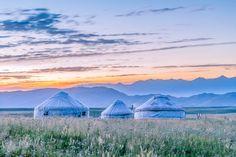 Монгольские юрты на пастбищах Bayinbuluke в Китае.