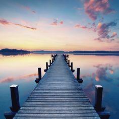 Jenny Sturm: Langer Pier am See im Sonnenaufgang - Glasbild Glasbilder