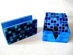 Base MDF, trabalho em mosaico com pastilhas de vidro. <br>Conjunto: 1 Caixa de Descansos para Copo com 6 unidades e 1 Porta Guardanapos.