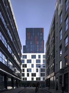 Eine herausstechenden Fassade aus weißem Mineralwerkstoff in London. Das Motel One in London überzeugt mit seiner puren weißen Mineralwerkstoff Fassade.