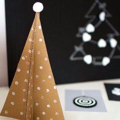 Mamy słabość do pięknych a zarazem prostych rozwiązań! Pomysł na dziś tekturowa choinka! #diy #christmas #cardboard #christmastree #choinka #tektura #zabawazdzieckiem #decoration #idea #christmastime #roomor