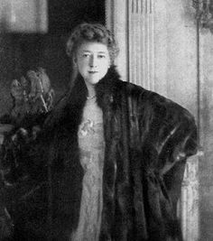 Elsie de Wolfe - American Actress, interior decorator, lived almost 40 years openly in a lesbian relationship with Bessie Marbury. She married Sir Charles Mendl at age Elsie De Wolfe, Small House Decorating, Interior Decorating, Interior Design, Modern Interior, Ella Anderson, Joanna Gaines Style, Jobs, Fashion Designer