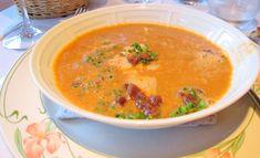 Sopa de Peixe e Tomate com Crotons (cubos de pão fritos em azeite) é uma daquelas sopas clássicas no Algarve.Esta é uma receita simples e deliciosa de sopa de peixe, fica boa simplesmente, mas se acrescentares crotons, bocadinhos de bacon, salsa ou cebolinho a sopa ganha um gostinho diferente.