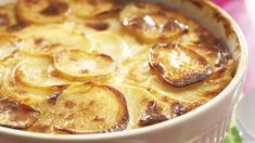 Jauheliha-perunalaatikko tehdään perunaviipaleista. Maustepippurit ja munamaito kuuluvat tähän perinteiseen arkiruokaan. Cheeseburger Chowder, French Toast, Food And Drink, Potatoes, Breakfast, Koti, Morning Coffee, Potato