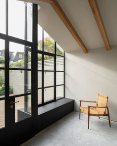 Burnt House is a minimal residence located in London, United Kingdom, designed by Will Gamble Architects. The extension was modeled after a Japanese tea house, and features charred wood window seat. Japanese Interior Design, Interior Design Studio, Japanese Tea House, Charred Wood, Wood Windows, Steel Windows, Glass Facades, Condo Decorating, London House