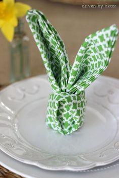 Decoração de páscoa com guardanapo dobrado como coelho