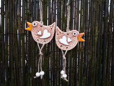 Ptáčci zpěváčci Dekorace do zahrady i do interiéru. Na plot, do pergoly, na strom, za pomlázku, .... dále dle vaší fantazie. Korálky jsou keramické, srdíčka jsou plastická. Velikost: +- 9 * 6 cm. Cena je za jedenkus.
