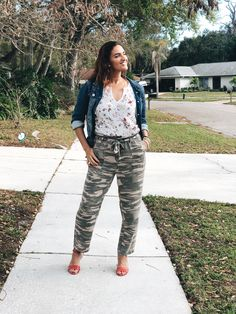 Floral and camo pattern mixing topped with a denim jacket. Camo Pants Outfit, Camo Outfits, Camo Jacket, Casual Outfits, Plaid And Leopard, Camo Joggers, Comfy Pants, Red Pumps, Pattern Mixing