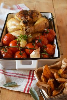 poulet fermier aux tomates rôties, ail et romarin Chicken Wings, Turkey, Food, Roasted Tomatoes, Poultry, Drizzle Cake, Green, Recipes, Peru