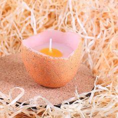 Kerze in Form einer aufgebrochene Eierschale Ei eine Dekoidee zu Ostern