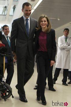 Los Reyes Felipe y Letizia, muy cariñosos en el Hospital de Parapléjicos de Toledo