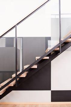 Ilmavan, metallisen portaikon askelmat ovat tammea samoin kuin lattia. Seinäruudukko on sisustussuunnittelija Sirkka-Liisa Hietaniemen ideoima ja Tikkurilan sävyillä toteutettu.