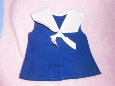 alte-Puppenkleidung-blaues-Kleid-mit-weissem-Kragen