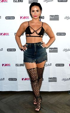 Daring from Fashion Police This is a bold move by Demi Lovato. By wearing this on stage she shows that she's confident in herself and that's the best accessory you can really have. Demi Lovato 2015, Demi Lovato Body, Demi Lovato Style, Bra Tops, Bikini Tops, Divas, Demi Lovato Pictures, Pool Party Outfits, Carmen Electra