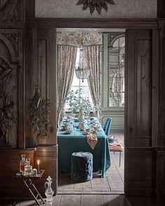 """@vtwonen on Instagram: """"KERST MET EEN KRUL • vanavond dekken we de kersttafel eclectisch chateau chic met prachtig linnen en servies in glanzend groen, goud en…"""" Table And Chairs, Dining Table, Dining Rooms, Flea Market Style, Winter Photos, Christmas Table Settings, Classic Interior, Christmas Pictures, Country Chic"""