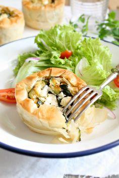 Tortine con pasta fillo alle zucchine,feta e menta