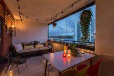 Lasitetulla parvekkeella voi istuskella tunnelmavalojen loisteessa vaikka sateen vihmoessa ikkunaan.