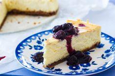 Een simpel recept voor de beste cheesecake ever. Met bastognekoekbodem. En een blauwe bessen sausje. Onweerstaanbaar lekker!