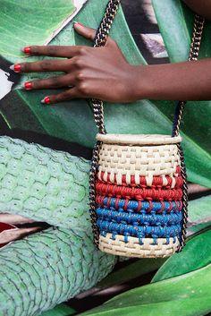 Ou prefere essa (R$ 498)? Todas elas são feitas à mão, portanto apresentam variações entre si - inclusive nas com o mesmo modelo