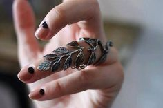 Leaf ring that you can move your finger around in. Jewelry Rings, Jewelry Accessories, Jewelry Design, Bold Jewelry, Fashion Jewelry, Nice Jewelry, Jewelry Tattoo, Pagan Jewelry, Black Jewelry